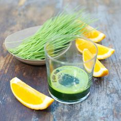 Heel fijn voor je lijf om de dag mee te beginnen: een tarwegras shotje! Deze graansoort heeft een magische werking op je lichaam. Het voedt, herstelt en ontgift. Tarwegras is rijk aan vitamine A, C, E, aminozuren, calcium, magnesium en ijzer, allemaal top voor je health!