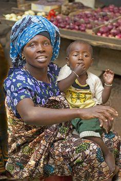 moeder en kind op de markt, Tanzania,