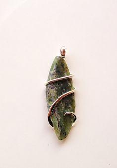 Polished jade tension set in hand forged von CrystalAnatomy auf Etsy, $29.00