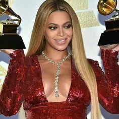Two trophies and 400 carats in diamonds by Lorraine Schwartz for Beyoncé  $12 millions  But she is Queen Bey with a lariat necklace!  Red dress by Peter Dundas. __________  Dos Grammys y 400 quilates en diamantes de Lorraine Schwartz para Beyoncé  12 millones de $  Pero es que ella es la Reina Bey con un collar largo!  Vestido rojo de Peter Dundas. ___________  #DeJoyaEnJoya #FromJewelToJewel #JewelryBlog #JewelryAwardsSeason #beyoncé #QueenBey #diva #PopStar #LorraineSchwartz #InstsDiamonds…