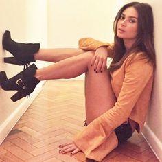 Thaila Ayla revela paixão por sapatos e posa com botas Tanara Brasil