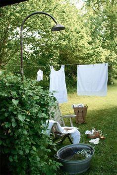 TROCKNEN UND BLEICHEN AN DER SONNE Wäsche, die an der frischen Luft trocknen kann, ist fast wie ein kleines Stück Ferien. Abgesehen davon hilft die Sonne und das Grün, die weisse Wäsche zu bleichen. Früher hat man nämlich Leinentücher auf die Wiese gelegt, um sie so zu bleichen. In Privathaushalten oder in Bleichereien wurden Stoffe und Leintücher nass auf den Rasen gelegt und regelmässig gewendet.