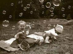 bubbles in pics! Cute Baby Pictures, Old Pictures, Baby Photos, Funny Pictures, Toddler Photos, Cute Kids, Cute Babies, Bubble Fun, Bubble Party