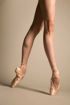 One of the most popular ballet moves that has also been passed on to barre fitness and other aerobic exercises – Plié. The origin of the correct technique and alignment in order to gain the best benefits from the exercise though still remains in ballet. Ballet Body, Ballet Feet, Ballerinas, Ballet Dancers, Dancers Feet, Pointe Shoes, Ballet Shoes, Toe Shoes, Anatomy Sketch