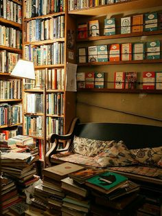 photo library Cozy reading nook full of books / Gemtliche Leseecke voller Bcher