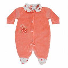 Compre Macacão para bebê em plush, detalhe tecido floral estampado na gola e nos pezinhos manga longa e bordado delicado no peito R$ 42,00 ou 2x sem juros.