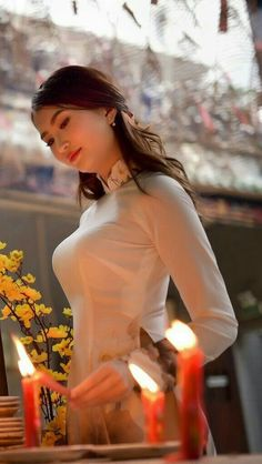 I wonder if she's lighting Shabbat candles? Vietnamese Traditional Dress, Vietnamese Dress, Traditional Dresses, Pretty Asian, Beautiful Asian Women, Vietnam Girl, China Girl, Le Jolie, Ao Dai