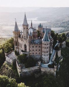 📍Burg Hohenzollern #Funfact: Wie beim Buckingham Palast in London oder dem Schloss Bellevue in Berlin, weht die königliche Preußen-Fahne nur, wenn der Chef zuhause ist. Sobald Georg Friedrich Prinz von Preußen zu Besuch auf der Burg ist,
