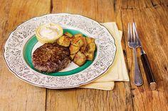 Esqueça aquele hambúrguer pronto e congelado. Prepare em casa: fica mais gostoso e até mais saudável! Você ainda pode escolher o acompanhamento de sua preferência. Rita Lobo, A Food, Beef, Cooking, Wraps, Tomato Salad, Roasted Sweet Potatoes, Garlic, Healthy Recipes