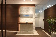 オフィスデザイン実績~異素材の融合で織りなすエントランスが、新たなライフステージへいざなう Office Entrance, Office Reception, Modern Office Table, Office Cabin Design, Entry Wall, Luxury Office, Small Office, Wall Treatments, Wall Design
