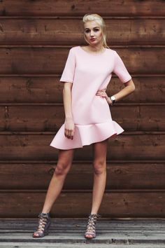 Sukienka z asymetryczną falbaną rozmiar 38 Róż - Cranberrysklep - Sukienki koktajlowe