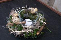 ** kleines Tischkränzchen....**  ....allerlei Frühlingsschätze wie z.B. Moos, Buchsbaum, Äste, Wachteleier und Federn schmücken dieses kleine Tischkränzchen.  Eine haltbare, wunderbare...