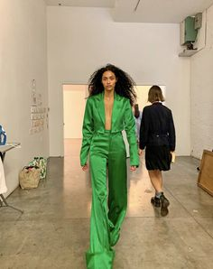 Backstage fittings with A casual strut in the Tamara suit. Fashion Killa, Look Fashion, Runway Fashion, Fashion Models, High Fashion, Fashion Show, Fashion Design, Winter Fashion, Haute Couture Style