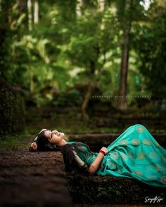 Friend Poses Photography, Dancer Photography, Cute Couples Photography, Dark Photography, Concept Photography, Indian Photoshoot, Saree Photoshoot, Cute Love Pictures, Girl Pictures