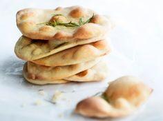 Rosmariinileipäset Spanakopita, Bagel, Pancakes, Bread, Baking, Breakfast, Ethnic Recipes, Finger Food, Morning Coffee