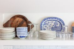 blue and white with wood forever Blue And White, Plates, Tableware, Wood, Projects, Licence Plates, Madeira, Log Projects, Plate