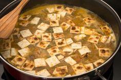 gazpacho manchego...........En una sartén con el aceite indicado se fríe la patata, los ajos y el tomate.   Una vez fritos se le agrega agua y cuando empieza hervir se le añade la torta de gazpachos troceada. Hay que dejar cocer hasta que el gazpacho está tierno. Acompañar de collejas y/o de acelgas.... también son de conejo.....