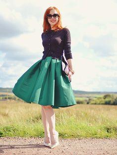 green skirt and black top これも黒カーディガンとスカート。無地でもあざやかなスカート、いいなあ。
