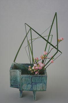Ikebana with static lines Ikebana Arrangements, Ikebana Flower Arrangement, Beautiful Flower Arrangements, Most Beautiful Flowers, Floral Arrangements, Deco Floral, Arte Floral, Floral Design, Flower Show