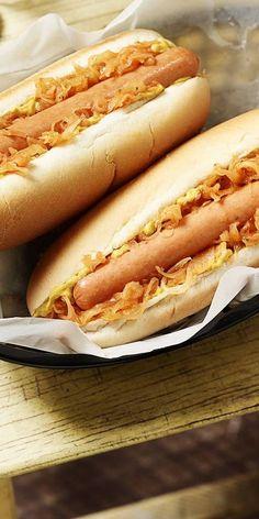 """Der Hot Dog """"New York"""" mit Senf, Sauerkraut und Zwiebeln ist ein Rezept für typisch amerikanisches Fingerfood. Du kannst diesen leckeren Snack ganz einfach zubereiten - deine Gäste werden begeistert sein. Wir wünschen guten Appetit."""