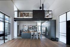 Seulsdeux pavés disposés en L constituent l'architecture de cette maison contemporaine située à Tel Aviv. Il ne faut pas se fier à la simplicité architect