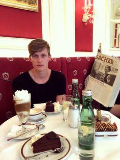 Ein Muss für jeden Wien-Besucher - Sacher-Torte und Wiener Melange im Café Sacher Wien. #coffee #cake #coffeetime #chocolate #chocolatecake #sweets