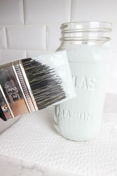 Painted mason jars are a great, inexpensive way to bring a bit of farmhouse style to your home. Here are the best ways to paint mason jars. Mason Jar Bank, Mason Jar Diy, Mason Jar Crafts, Bottle Crafts, Clear Glass Vases, Glass Bottles, Home Decor Sets, Diy Home Decor, Room Decor
