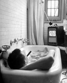 L' écrivain Russell Finch dans sa salle de bains 1948. Russell Finch in his bathroom-1948
