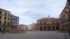 La Plaza Mayor de Soria está rodeada de edificios históricos que hacen del lugar el punto de partida ideal para recorrer el resto de la villa. Con una galería aporticada destacan las construcciones de la antigua Casa del Común, la iglesia de Nuestra Señora la Mayor, la Torre de Doña Urraca, el Palacio de la Audiencia y en el centro de la plaza la Fuente de los Leones.