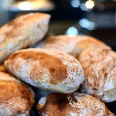 Ciabatta boller - sprød skorpe og luftig krumme! - Majspassion Ciabatta, Hamburger, Food And Drink, Bread, Hamburgers, Breads, Baking, Buns