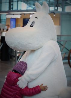 Tuttu Muumi oli suosittu halikaveri ennen lomalentoja. #Moomin #Muumikerho