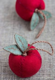 Apples, sewing, embroidery, craft by earnestine Fabric Art, Fabric Crafts, Sewing Crafts, Sewing Projects, Gold Fabric, Felt Christmas Ornaments, Christmas Crafts, Christmas Tree, Felt Crafts