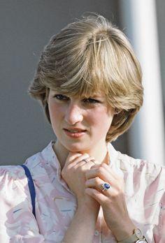 Princess Diana wearing her sapphire ring.