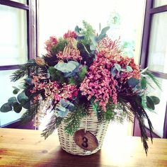 Cesta con flor seca en tonos rosas