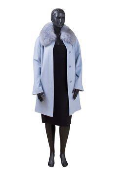 620af10b011 Классическое однобортное шерстяное пальто ниже колена с меховым воротником.  Лаконичность формы и цвета делает его