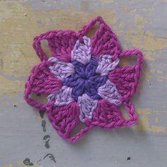 Mmmmm pretty cool flower, don't you think? https://www.facebook.com/AttysLoveForCrochet #crochet #crochetflower #haken. #häkeln. #ganchillo