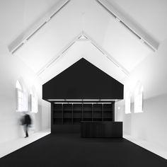 Information center of the romanesque lojas & imóveis comerciais modernos por spaceworkers® moderno Contemporary Architecture, Interior Architecture, Inside A House, Modern Interior, Interior Design, Interior Styling, Dezeen, White Space, Romanesque