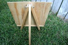 I think I'll need help with this one! How to make an easel. Back of a DIY Art Easel, Happy housewife. Diy Projects To Try, Wood Projects, Woodworking Projects, Craft Projects, Diy Easel, Home Crafts, Diy Crafts, Adult Crafts, Diy Table Top