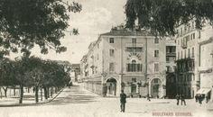 Δείτε την όψη που είχε η κάτω πλατεία και το Λιστόν της Κέρκυρας από την Κοφινέτα το 1903 μέσα από μία σπάνια φωτογραφία του συλλέκτη Νίκου Δεσύλλα. Corfu Greece, The Good Place, Street View, Earth, History, Places, Historia, Lugares