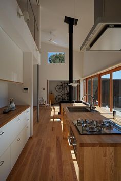 The interior of a Zen house comes in a neutral color scheme. Very straight lines throughout the house. Promotes a calm and relaxing environment. Japanese Modern House, Japanese Kitchen, Country Kitchen Designs, Modern Kitchen Design, Zen House, Japanese Interior Design, Narrow House, Interior Design Living Room, Home Kitchens
