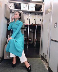 画像に含まれている可能性があるもの:1人、室内 Vietnam Airlines, Cabin Crew, Beautiful Body, Flight Attendant, Ao Dai, Wrap Dress, Shirt Dress, Womens Fashion, Sexy