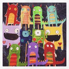 Algunos monstruos de cartulina que hicieron mis niños de primaria en clases de arte.