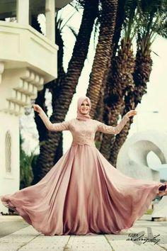 Z style-cant imagine how many yards went to that skirt. Wedding Abaya, Muslimah Wedding Dress, Hijab Bride, Wedding Dresses, Most Beautiful Dresses, Beautiful Hijab, Pretty Dresses, Hijabi Gowns, Hijab Dress