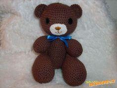 Háčkovný větší medvídek cca 20cm stojící