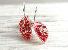 NEW: Real flower sterling silver semi circle earrings. Red queen anne's lace in transparent resin. Sterling silver hooks. Jewelry for her. - VillaSorgenfrei