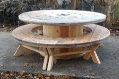 You can see, the reclaimed wood pallet patio furniture is just like the cable reel which is round in shape and the best thing about it is that it offers seating for many individuals at the same time. It can be used for the dining purpose or can be used for playing the games placing the board on it.