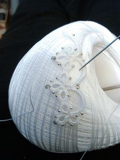 Il Chiacchierino ad Ago by DMC - Scuola Nazionale di Merceria needle tattingThe Tatting Needlework by DMC - National School of HaberdasheryNeedle Tatting Patterns For Beginners Crochet tatting tutorials - this site is full of great tutorials for all Needle Tatting Tutorial, Needle Tatting Patterns, Crochet Jewelry Patterns, Crochet Stitches, Tutorial Crochet, Tatting Jewelry, Tatting Lace, Crochet Tree, Diy Crafts Crochet