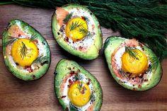 Advocado gevuld met zalm en ei. Ingrediënten - 4 avocado's - 120 gram gerookte zalm - 4 eieren - zout en peper - verse dille - crème fraîche Zo maak je het: 1. Verwarm de oven voor op 220°C. 2. Snijd de avocado doormidden en verwijder de pit. Smeer in het kuiltje wat crème fraîche en leg er een plakje gerookte zalm in. Breek daarop het ei en bestrooi met zout en peper. 3. Zet de avocado's 15 - 20 min. in de oven. 4. Strooi nog wat verse dille over de gevulde avocado's voor het serveren.