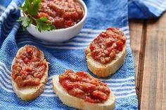 Pikantní tatarák z lilku Bruschetta, Games For Kids, Meat Recipes, Eggplant, Steak, Food And Drink, Appetizers, Gluten Free, Treats