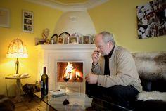 Am Kamin endet der Tag von Otto Koch mit einem Glas Rotwein und gelegentlich mit einer Zigarre.  Foto © Matthias Hangst für Mein Buffet